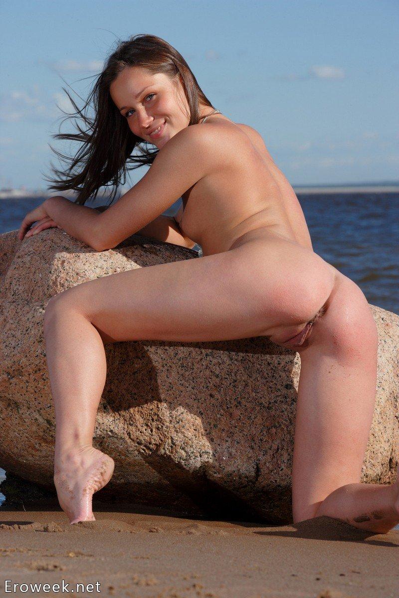 Интимные движения Irina на камне вблизи моря (20 фото) » Eroweek ...
