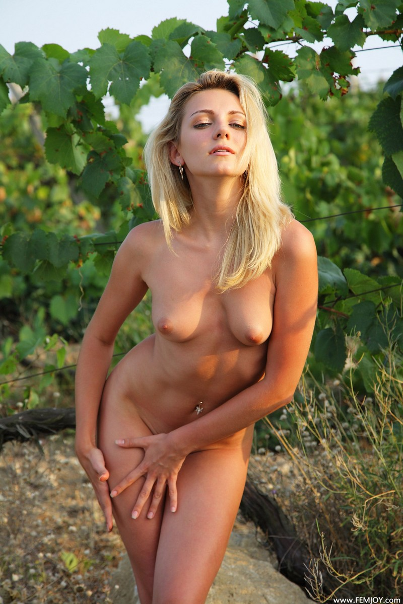 Голая эротика с виноградом на природе