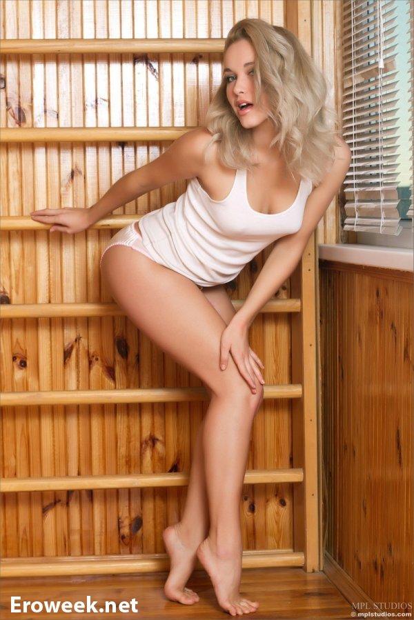 Блондинка Alisa открывает сезон эротики (18 фото)