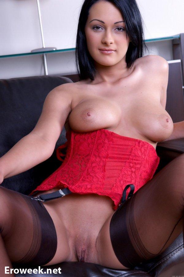 Сексуальная Dana в красном корсете (18 фото)