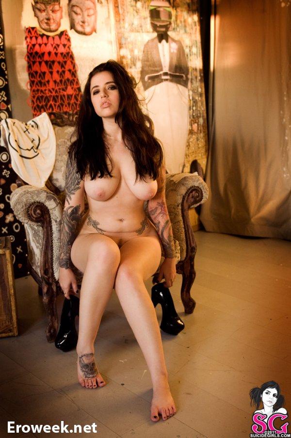 Сексуальное тело неформальной брюнетки Sash (26 фото)