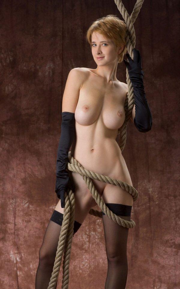 Рыжая Silke в эротике с канатами (15 фото)