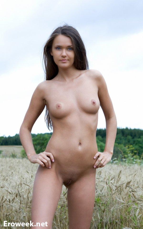 НЮ фотографии в поле с Anastasia Petrova (15 фото)