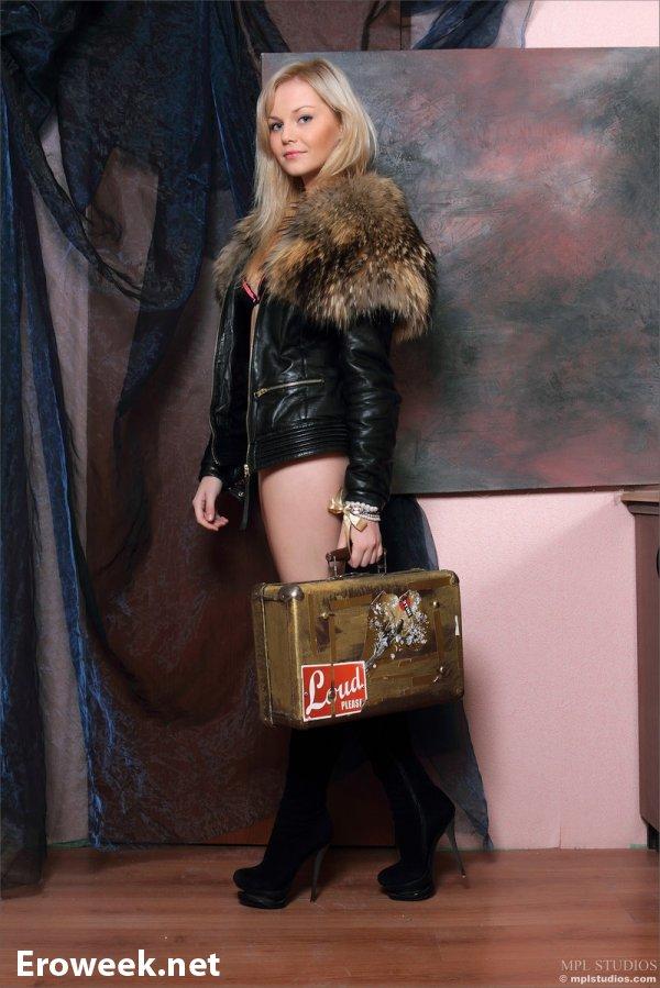 Annika в зимней курточке (14 фото)