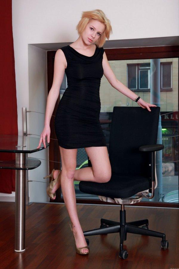 Секретарша Jennifer шалит в офисе (14 фото)