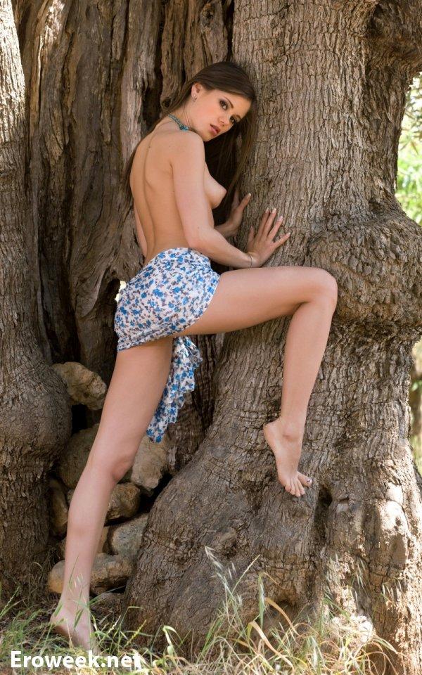 Эротика в парке с красивой Little Caprice (15 фото)