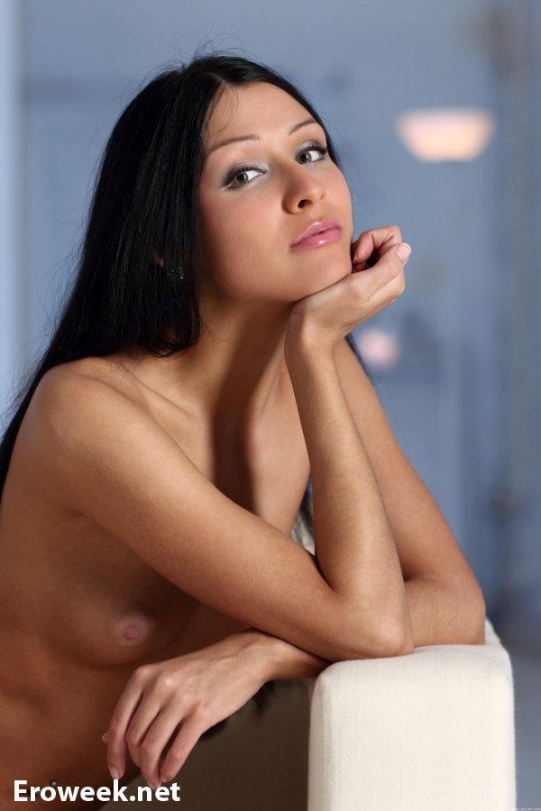Целиком обнаженная брюнетка Karina (15 фото)