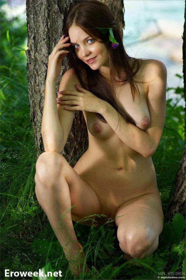 Лесная эротика привлекательной Emili (16 фото)