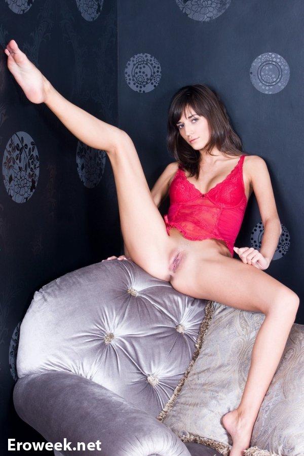 Легкомысленная Irina уединилась в спальне (12 фото)