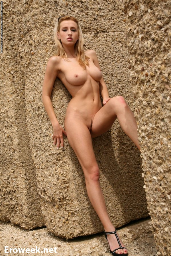 Оголённая Dominika на крепости у моря (18 фото)