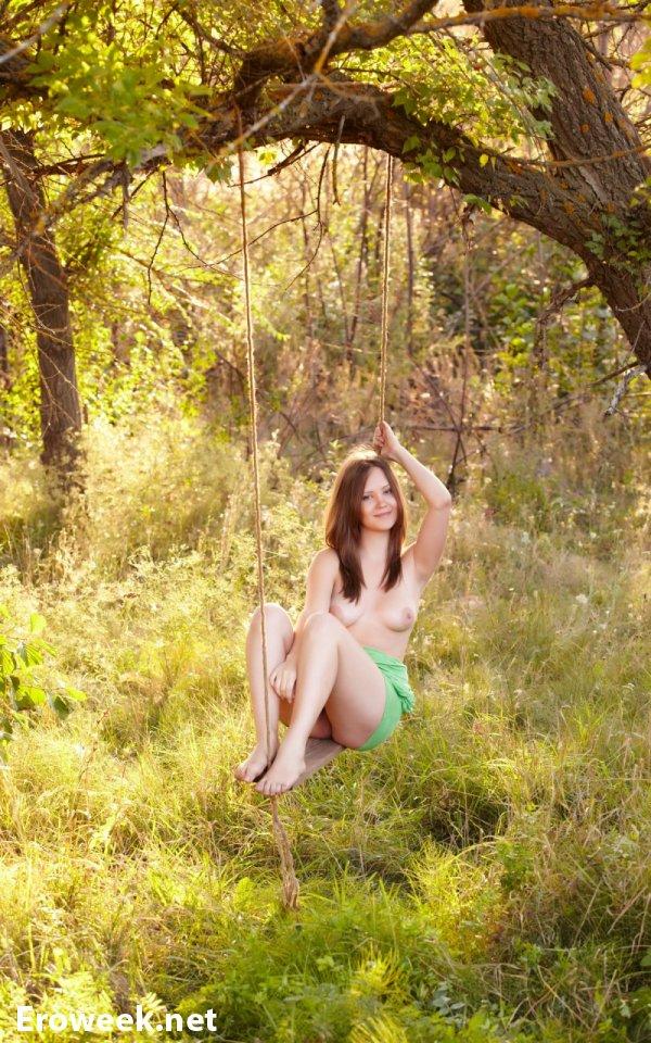 Качание на качели привлекательной Ariel B (20 фото)