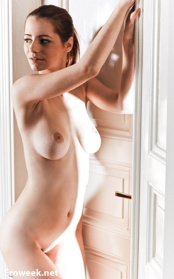 Эротика Ariel рядом с дверью (14 фото)