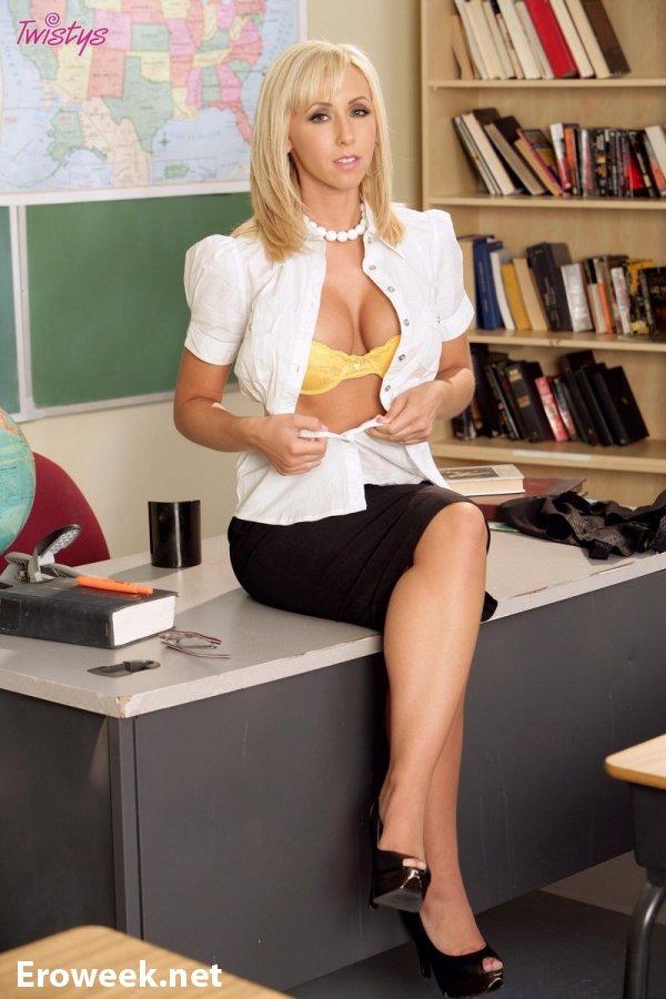 Jessica Lynn в образе сексуальной учительницы (12 фото)