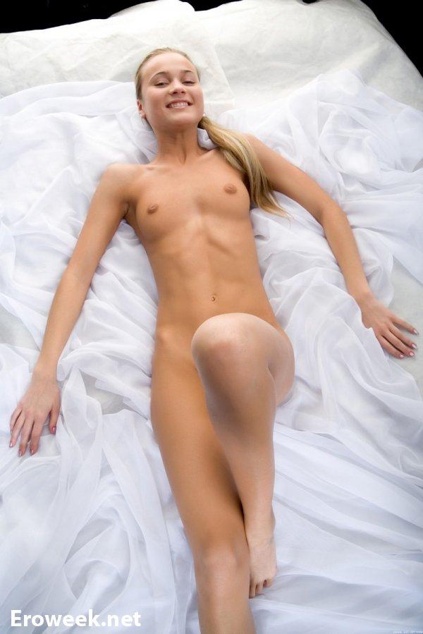 Эротические кадры Kerol в постели (16 фото)