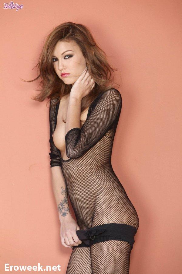 Сексуальный наряд в сеточку на Kimberly Kato (10 фото)