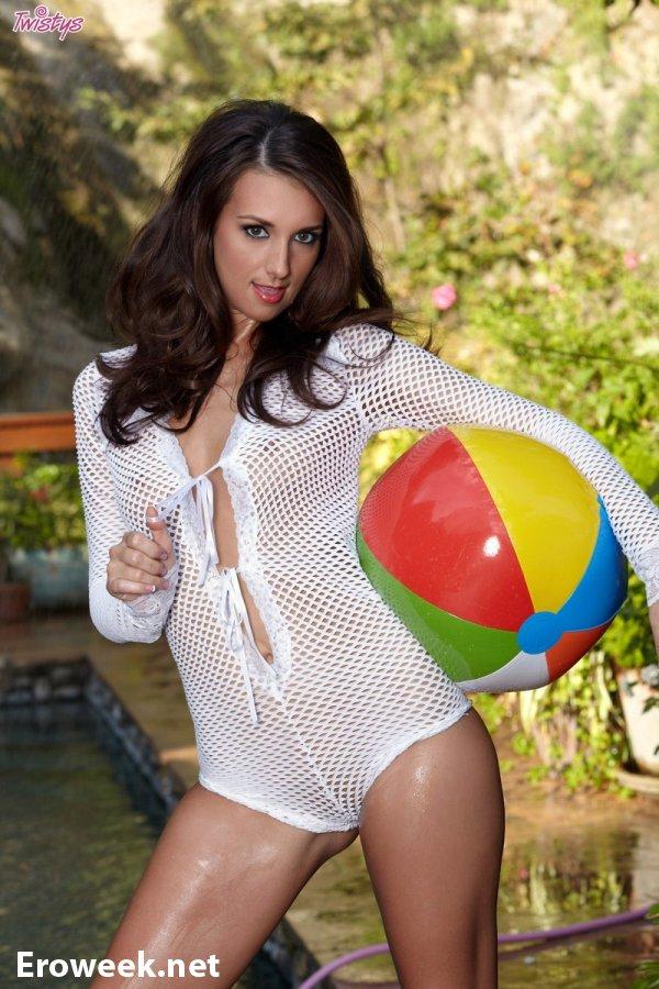 Эротические игры Katie Jordan рядом с бассейном (12 фото)