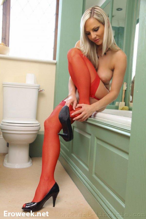 Эротика в ванной комнате с Tammi (10 фото)