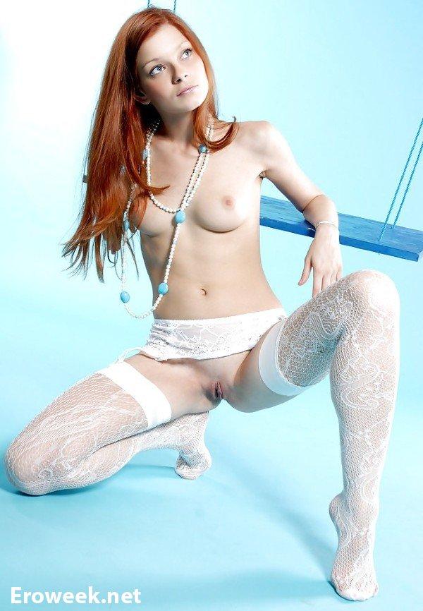Привлекательные девушки в белых чулках (42 фото)