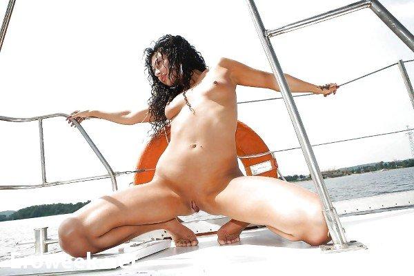 Голые девочки на яхте (34 фото)