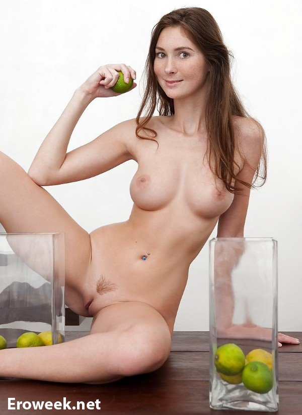 Девушки и фрукты (20 фото)