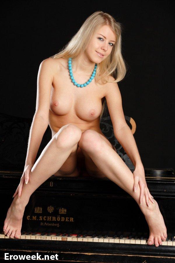 Интим блондинки Barbara на черном пианино (14 фото)
