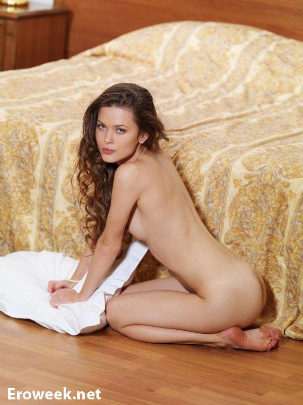 Страстная Emili с интимом в кровати (20 фото)