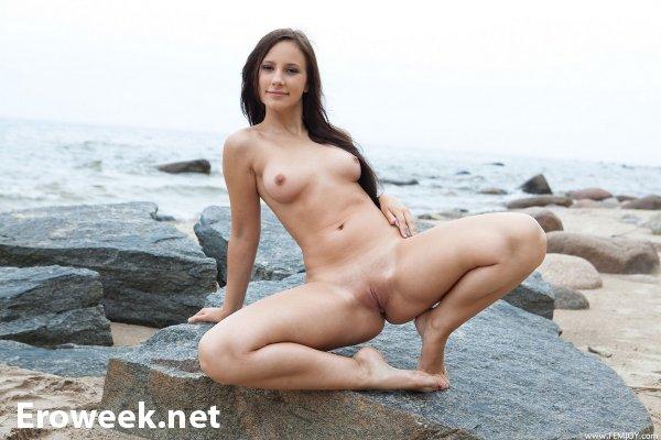Эротика Rosalin на пляже среди камней (16 фото)