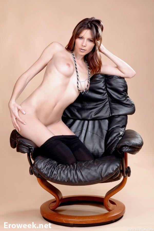 Развращения шатенки Tia на эротических кадрах (18 фото)