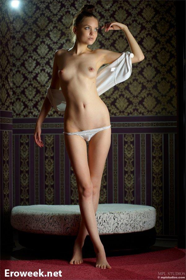 Худенькая красавица Emili на ню кадрах (18 фото)