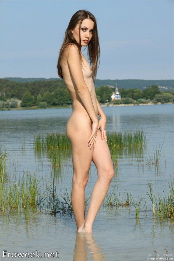 Marta искупалась голой в сельском озере (16 фото)
