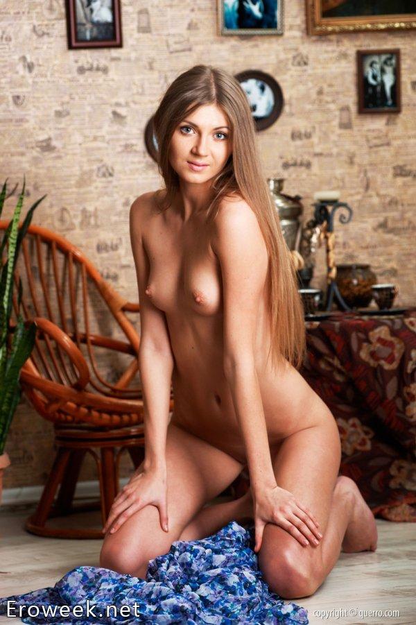 Эротический показ Alena в картинной галерее (15 фото)