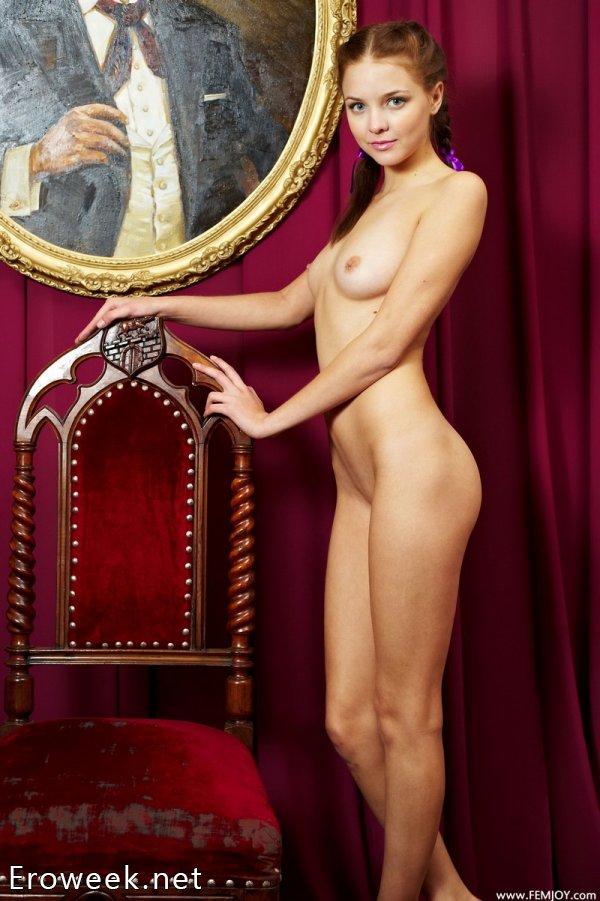 Голая Emili в квартире любителя антиквариата (16 фото)