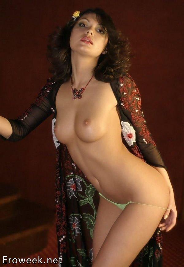 Женщины в трусах с оголенными сиськами (40 фото)