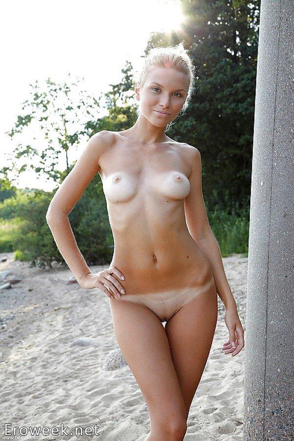 Голые девушки на пляже (62 фото)