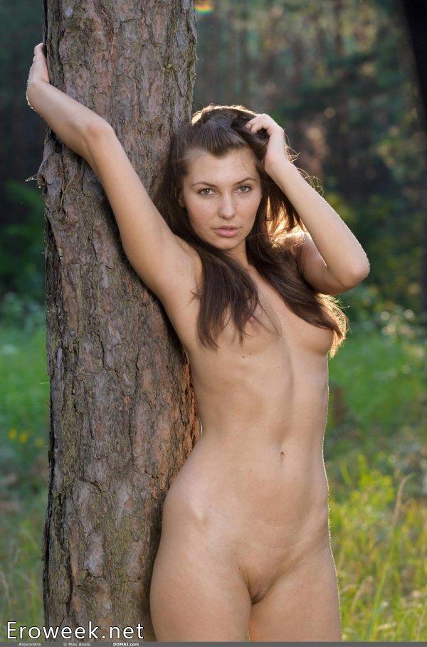 Невинная шалость Alexandra в дремучем лесу (16 фото)