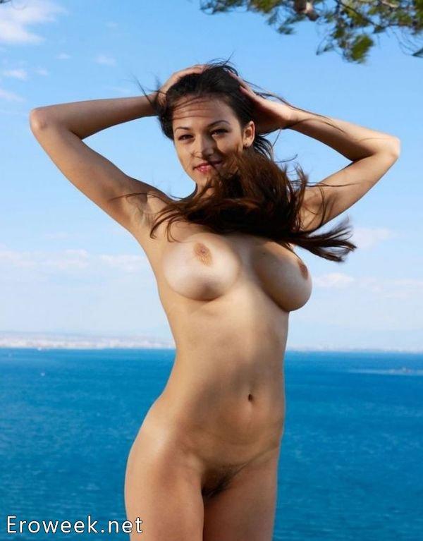 Раздетые девушки на страстных снимках (46 фото)