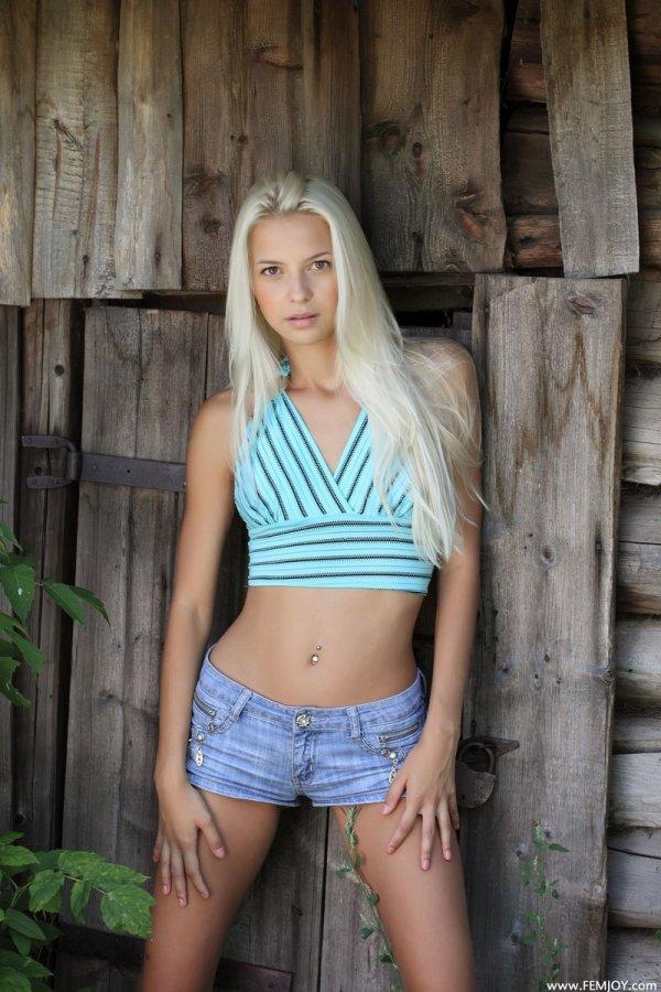 Деревенские эротические забавы Vika (15 фото)