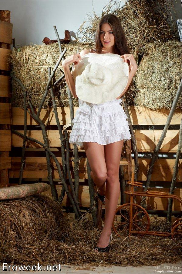 Развязавшаяся в сельском сарае эротика Arianna (18 фото)