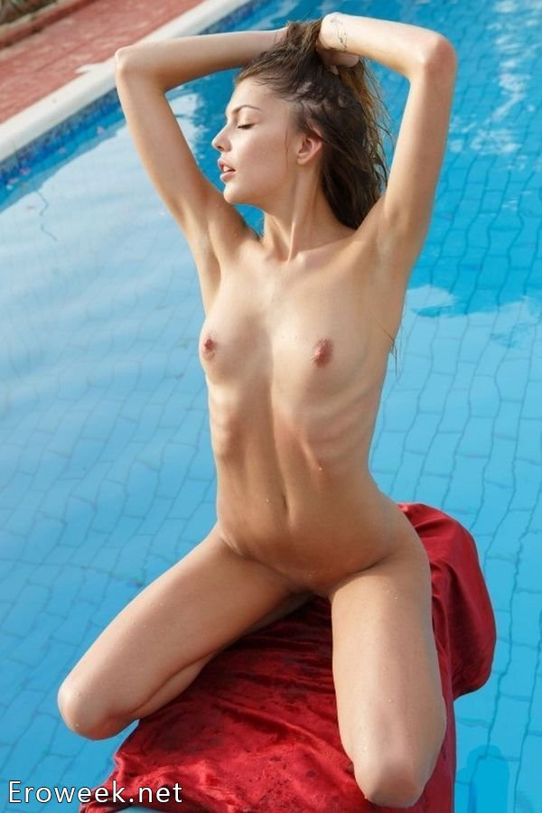 Аппетитные девушки у бассейна (30 фото)
