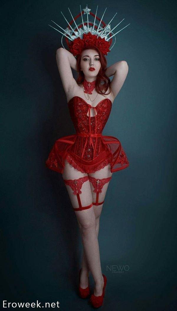 Девушки в эротичных костюмах (35 фото)