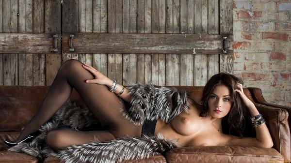 Голые девушки в мехах (25 фото)