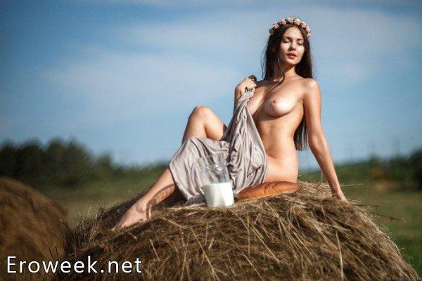 Голые девки на сеновале (40 фото)