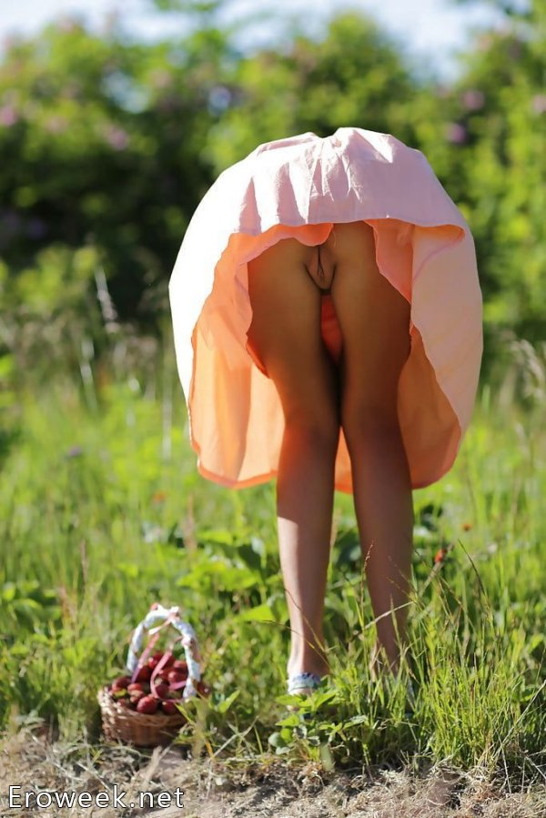 Девушки в платьях без трусиков (30 фото)