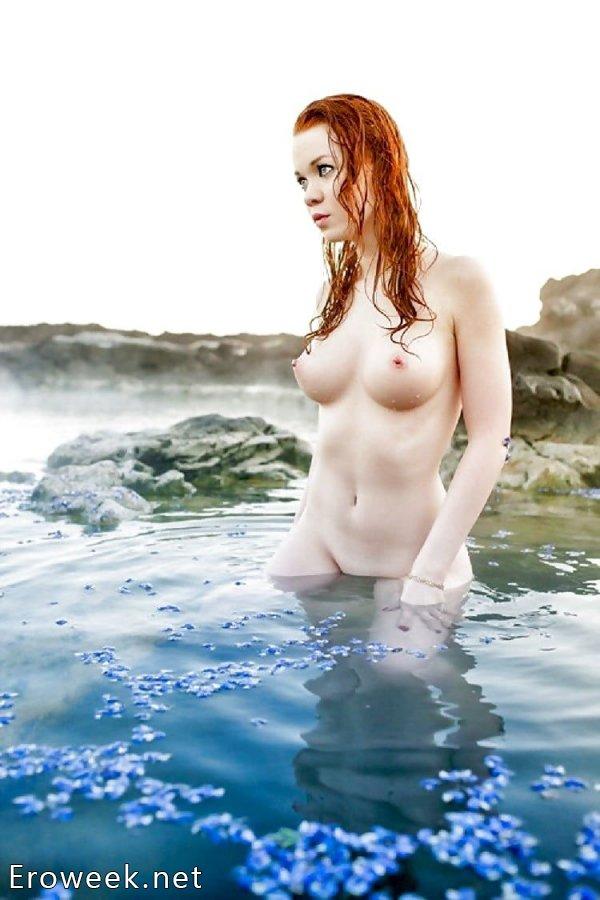 Голые женщины у воды (35 фото)