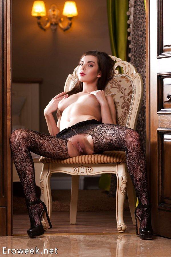 Светская девушка голышом позирует на стуле (20 фото)