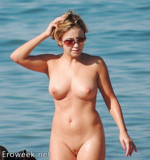 Женщины на пляже без купальников ( 30 фото)